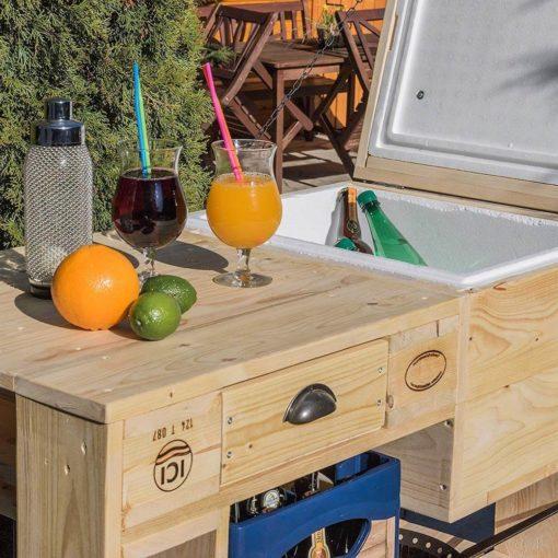 Paletten-Grilltisch mit Kühlfach